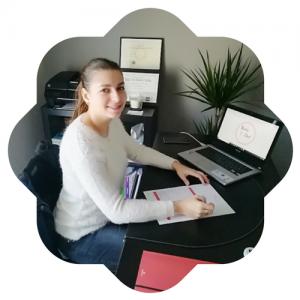 Alice diététicienne assise à son bureau