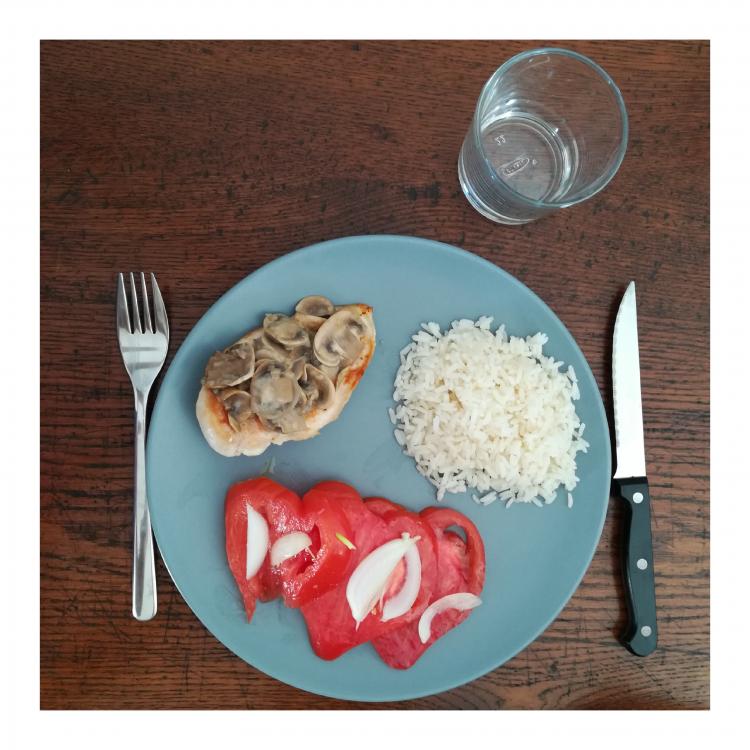 assiette tomates, riz, poulet sauce champignon